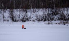 Ryssland vinterfiske, isfiskekonkurrenser, bas, fiskeask, redskap, is, vinter, flod, vinterlandskap, fiske, issc Royaltyfri Bild