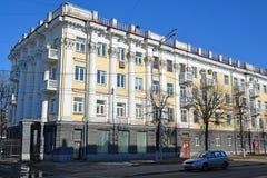 Ryssland Yaroslavl-mars 29 2016 Bostads- byggnad av sovjetiska tider på den Sovetskaya gatan Arkivbilder