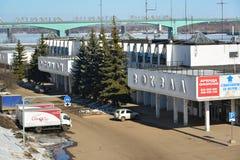 Ryssland Yaroslavl-mars 27 2016 byggnad av flodstationen i vinter Arkivbild