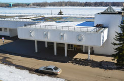Ryssland Yaroslavl-mars 27 2016 byggnad av flodstationen i vinter Arkivfoto