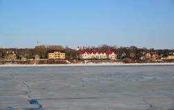 Ryssland Yaroslavl-mars 31 2016 Sikt av invallningen Tveritskaya från Volgaet River Arkivfoto
