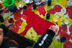 Ryssland Yaroslavl stad - Maj 4, 2019: Behandla som ett barn flickaattraktioner på träbrädet Barnet rymmer borsten Omkring finns  royaltyfri fotografi