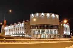 19 11 2013 Ryssland, YUGRA, Khanty-Mansiysk, byggande rysk akademi för filial FGBOU VPO av musik Gnesin i nattbelysning Royaltyfri Foto