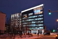 19 11 2013 Ryssland, YUGRA, Khanty-Mansiysk, byggnaden av oljebolag Gazprom Royaltyfri Fotografi