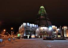 19 11 Ryssland 2013, YUGRA, Khanty-Mansiysk, byggnadshandeln och Gostiny Dvor för ` för affärsmitten ` övervintrar afton Royaltyfri Foto