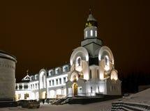 19 11 Ryssland 2013 YUGRA Khanty-Mansiysk Domkyrka av St-prinsen Vladimir i vinternattbelysning Arkivbild