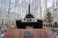 5 04 2012 Ryssland, YUGRA, Khanty-Mansiysk, Khanty-Mansiysk, behållaren T-34 på sockeln som installeras i `-minnet, parkerar `, M royaltyfria bilder