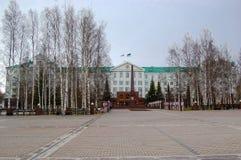 5 04 2012 Ryssland, YUGRA, Khanty-Mansiysk, Khanty-Mansiysk, fasaden av administrationen av Khanty-Mansiysk det autonoma området Arkivbilder