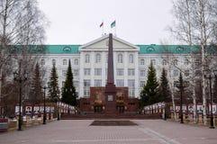 5 04 2012 Ryssland, YUGRA, Khanty-Mansiysk, Khanty-Mansiysk, fasaden av administrationen av Khanty-Mansiysk det autonoma området Royaltyfri Bild