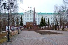 5 04 2012 Ryssland, YUGRA, Khanty-Mansiysk, Khanty-Mansiysk, fasaden av administrationen av Khanty-Mansiysk det autonoma området Royaltyfri Fotografi