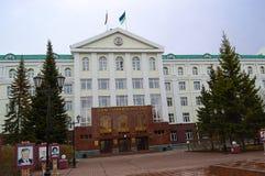 5 04 2012 Ryssland, YUGRA, Khanty-Mansiysk, Khanty-Mansiysk, fasaden av administrationen av Khanty-Mansiysk det autonoma området arkivfoto