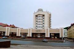 5 04 2012 Ryssland, YUGRA, Khanty-Mansiysk, Khanty-Mansiysk, fasaden av byggnaden av den Ugra delstatsuniversitetet Arkivfoton