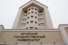5 04 2012 Ryssland, YUGRA, Khanty-Mansiysk, Khanty-Mansiysk, fasaden av byggnaden av den Ugra delstatsuniversitetet Royaltyfri Bild