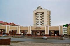 5 04 2012 Ryssland, YUGRA, Khanty-Mansiysk, Khanty-Mansiysk, fasaden av byggnaden av den Ugra delstatsuniversitetet Royaltyfri Foto