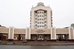 5 04 2012 Ryssland, YUGRA, Khanty-Mansiysk, Khanty-Mansiysk, fasaden av byggnaden av den Ugra delstatsuniversitetet Fotografering för Bildbyråer
