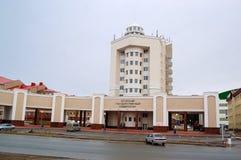5 04 2012 Ryssland, YUGRA, Khanty-Mansiysk, Khanty-Mansiysk, fasaden av byggnaden av den Ugra delstatsuniversitetet Arkivfoto