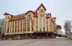 5 04 2012 Ryssland, YUGRA, Khanty-Mansiysk, Khanty-Mansiysk, fasaden av byggnadsfilialavdelningen av den federala kassan av Arkivfoto