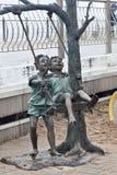 RYSSLAND ZELENOGRADSK - OKTOBER 11, 2014: Skulptur av att spela för barn Arkivbilder