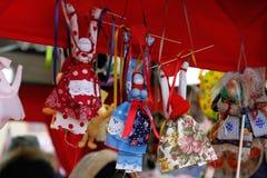 RyssShrovetide Shrove små dockor i traditionella färgrika klänningar på rysk nationell festival` ` i Moskva Royaltyfri Bild