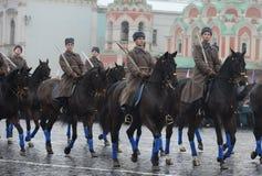 Rysssoldatkavalleri i form av det stora patriotiska kriget på ståta på röd fyrkant i Moskva Arkivfoton