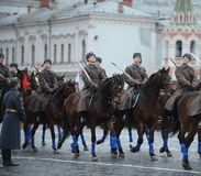 Rysssoldatkavalleri i form av det stora patriotiska kriget på ståta på röd fyrkant i Moskva Royaltyfri Foto