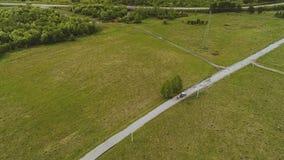 Rysująca fura jedzie na małej drodze w halnej dolinie widok z lotu ptaka