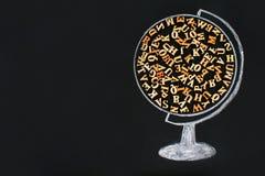 Rysująca kula ziemska zawiera drewnianych listy Angielski abecadło i inskrypcja Z powrotem szkoła na chalkboard Conce zdjęcie stock