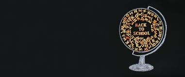 Rysująca kula ziemska zawiera drewnianych listy Angielski abecadło i inskrypcja Z powrotem szkoła na chalkboard Conce zdjęcia stock