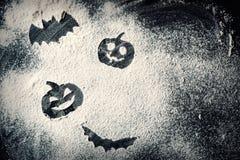 Rysujący Halloweenowej bani przewodzi dźwigarka nietoperz na pszenicznej mąki tle i lampion zdjęcia royalty free