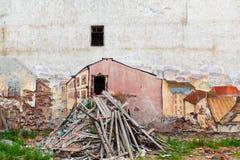 Rysujący na ścianie rujnujący dom z śmieciarski outside w innego wymiar skojarzenie portal Vyborg zdjęcie stock