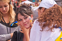 Rysuje na jej twarz emblemacie Ukraina Zdjęcia Royalty Free