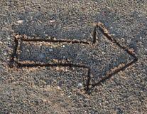 Rysunkowa strzała w piasku na plaży Zdjęcia Stock
