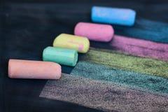 Rysunkowe multicolor linie z kolorowym piszą kredą na blackboard clos obraz royalty free