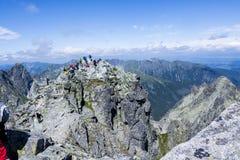 RYSY BEREIKT, POLEN - JULI 10 EEN HOOGTEPUNT: De mensen bovenop Rysy bereiken een hoogtepunt bij Royalty-vrije Stock Afbeelding