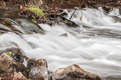 Rytande flodvatten-nedgång arkivbild