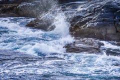 Rytande havvågor på linje för Lofoten stenig ökust under början av våren Royaltyfria Bilder
