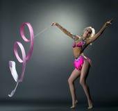 rytmisk gymnastik Gymnastdans med bandet arkivfoto