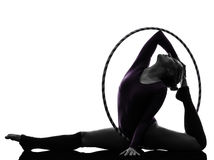 Rytmisk gymnastik med silhouetten för hulabeslagkvinna Royaltyfri Bild