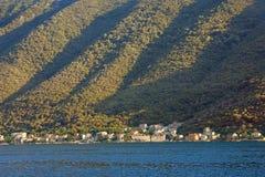 Rytmisk textur av en brant berglutning som är upplyst vid solen Montenegro fjärd av Kotor arkivbilder