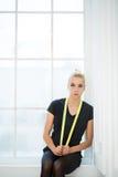 Rytmiskt gymnastsammanträde med det slung gula repet arkivfoto