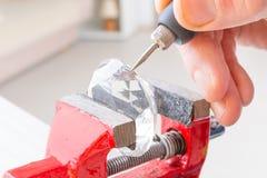 Rytownictwo kryształ z obrotowym wielo- narzędziem Obrazy Stock