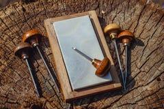 Rytownictwo toczak na drewnianym tle i shtikhel obraz royalty free