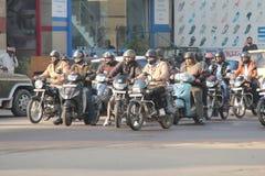 Ryttare för motorisk cirkulering väntar på den gröna signalen på trafik i Indien arkivbilder