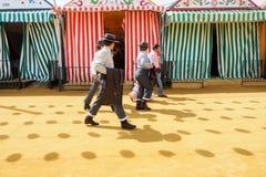 Ryttare går till och med cortoen för April Fair Seville den iklädda tradionaltraje Royaltyfri Bild