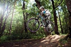 Ryttare i handling på mountainbikesporten Hopp på en mountainbike Arkivfoton