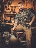 Ryttare och hans tappningstilkafé-racerbil motorcykel Arkivfoto