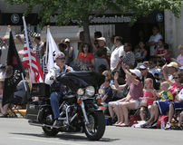 Ryttaremedlemmen för den amerikanska legionen som rider hans motorcykel med flaggor på Indy 500, ståtar Royaltyfri Fotografi
