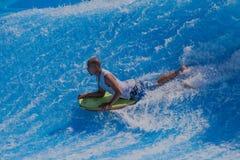 Ryttaren Bodyboarding vinkar slår samman Arkivbild
