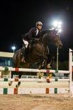 Ryttaren konkurrerar i hästbanhoppningkonkurrens Royaltyfria Bilder