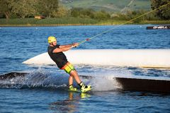 Ryttaren som wakeboarding i kabelvaken, parkerar Merkur Fotografering för Bildbyråer